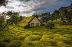屋根が芝生!大地と一体化した教会がアイスランドにあった