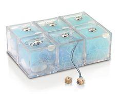 Set bomboniere maschietto composto da 6 scatoline 5x5 cm in plexiglass con placca in argento e 6 dadini in argento.