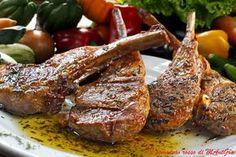 Goduriose queste costolette d'agnello al miele. Il gusto deciso della carne si sposa a meraviglia con la dolcezza del miele conferendo un gusto pieno e avvolgente. Costolette d'agnello, miele di Acacia, Vino rosso corposo, rosmarino, timo, maggiorana, sale pepe, aglio, olio extravergine d'oliva