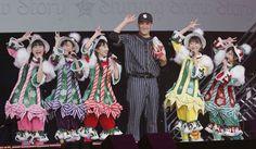 ももいろクローバーZと、ゲスト出演したヤンキース田中将大(左から4人目) ▼25Dec2014日刊スポーツ|ももクロ、ライブでマー君と野球対決 http://www.nikkansports.com/entertainment/news/f-et-tp0-20141225-1413642.html #Momoclo #Momoiro_Clover_Z #Masahiro_Tanaka