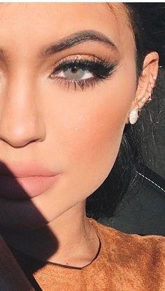 cat eye Kylie Jenner style