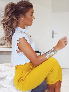 High bright colored pants with white frilly top - this is the prettiest ponytail ever. High bright c Office Fashion, Work Fashion, Fashion Fashion, Womens Fashion, Mode Outfits, Fashion Outfits, Trendy Outfits, Outfit Trends, Business Outfits