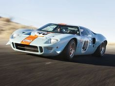 This Ford starred in the movie Le Mans with the famous Steve McQueen. In 1968 Jacky Ickx raced this car at Daytona. Ford Gt40, Steve Mcqueen, Ford Gt 2017, Ford Motor Company, Us Cars, Sport Cars, Alpha Romeo, Race Car Sets, Beach Cars