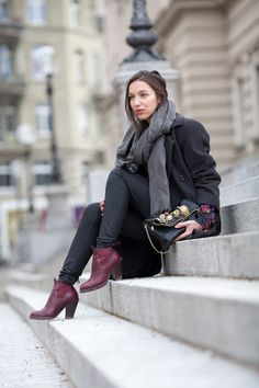 Grey outfit with hints of colors: Wool coat, Acne boots and DIY embellished clutch. Virginie Peny's streetstyle for Chic in Zurich blog