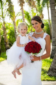 Adorable picture of the #bride with the beautiful #flowergirl! We love that bouquet of red roses / Attimi Photography: http://www.attimiphotography.com/