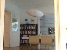 Bibliotheque et salle à manger.