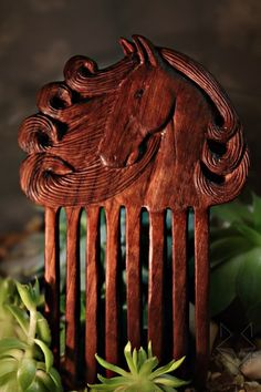 Hair pin with Horse motif Wood Crafts, Diy And Crafts, Wood Comb, Horse Drawings, Wood Creations, Wooden Puzzles, Wooden Jewelry, Wood Sculpture, Hair Comb