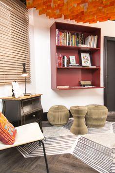 Decora Rosenbaum Temporada 3 - Estúdio de Tatuagem. Estante mdf Rubi. Bancos de papelão. Foto: Felipe Felco Valle Tattoo Studio, Corner Desk, Bookcase, Shelves, Furniture, Home Decor, Home, Space, Banks