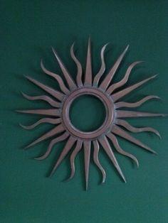 bonito espejo con forma de sol en madera y con diferentes acabados efecto hierro
