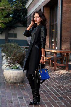 concede el vestido con vaqueros negros ajustados y bolso azul de cobalto