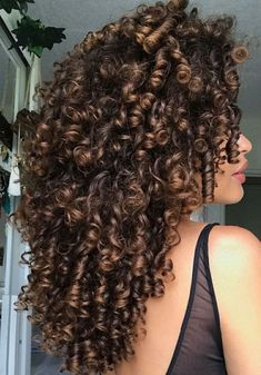 To have beautiful curls in good shape, your hair must be well hydrated to keep all their punch. You want to know the implacable theorem and the secret of the gods: Naturally curly hair is necessarily very well hydrated. Curly Hair Styles, Long Curly Hair, Natural Hair Styles, Natural Curly Hair, Ombre Curly Hair, Natural Hair Highlights, Coiffure Hair, Hair Updo, Hairstyle Short