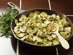 Zucchini-Champignonpfanne Rezept | EAT SMARTER Eat Smarter, Eating Plans, Pasta Salad, Low Carb, Healthy Eating, Keto, Chicken, Vegetables, Cooking