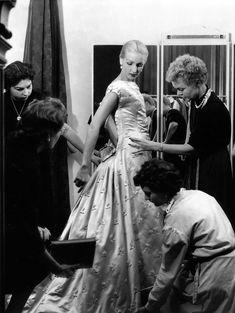 Denise Sarraut mannequin de Givenchy Septembre 1955  ¤ Robert Doisneau   Atelier Robert Doisneau