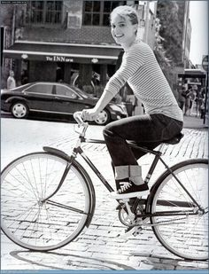 Natalie Portman and Converse Jack Purcell Shoes Photograph Natalie Portman, Mademoiselle De Maupin, Mathilda Lando, Foto Picture, Cycle Chic, Jack Purcell, Bicycle Girl, Celebrity Gallery, Bike Style