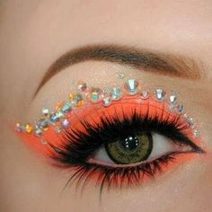 Eye make-up can totally alter the manner in which you look. Eyes are definitely the most important and visible feature that makes you look beautiful and appealing. How To Make Your Eyes Look Great Eye makeup may look like a nuisance. Crazy Eye Makeup, Pretty Makeup, Orange Eyeshadow, Eyeshadow Makeup, Golden Eyeshadow, Glitter Eyeshadow, Colorful Eyeshadow, Eyeshadow Palette, Golden Makeup