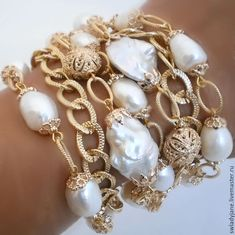Every shoe-lover needs to possess this bracelet. The bracelet has to do with seven inches in length and five shoe beauties hang from the oval links of bracelet. Pearl Bracelet, Pearl Jewelry, Indian Jewelry, Diy Jewelry, Beaded Jewelry, Jewelry Bracelets, Jewelry Accessories, Handmade Jewelry, Fashion Jewelry