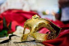 I confetti sono per antonomasia il simbolo del carnevale ma anche del matrimonio e degli eventi in genere. A seconda del colore, sono associati ad un evento ben preciso. I confetti rossi sono il simbolo della laurea, il rosa e il celeste la nascita, il bianco è simbolo del matrimonio e i confetti colorati sono l'emblema del carnevale. leggi l'articolo completo su www.ilmatrimonioinpuglia.it Confetti, Genere, Magazine, Wedding, Pink, Valentines Day Weddings, Magazines, Weddings, Marriage