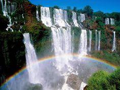Водопады Игуасу. Они находятся на границе аргентинского и бразильского национальных парков «Игуасу». Оба парка были включены в список Всемирного наследия ЮНЕСКО.