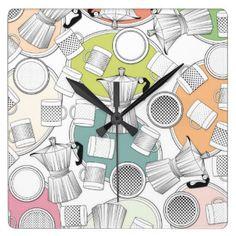 Klok, koffiekannen, kopjes, schoteltjes vierkante klok