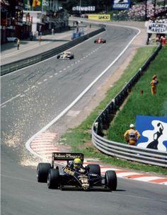 Senna levanta faísca no início da segunda perna da Eau Rouge, a tradicional curva de uma de suas pistas favoritas: Spa-Francorchamps. Na corrida de 1986, sua segunda em Spa (havia ganhando na estreia, um ano antes), ele terminou em segundo, atrás de Mansell