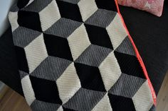Chrocheted blanket with cubes (free pattern in Danish)