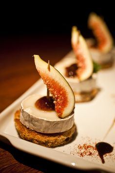 Tapas - Pintxo with cheese and fig Good Food, Yummy Food, Yummy Lunch, Paleo Food, Yummy Snacks, Paleo Diet, Appetisers, Food Presentation, High Tea