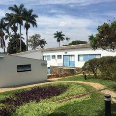 Além das quatro obras, um lugar muito legal para ser visitado é a casa de JK, que também foi projetada por Niemeyer, mas construída anteriormente. A família de Juscelino viveu na residência até 1945 e hoje ela é um museu com entrada gratuita. Na casa, há muitos dos móveis e objetos pessoais da família. Imagem: acervo pessoal Fabíola Cordeiro.