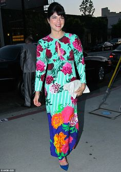 Selma Blair wearing Marc Jacobs --- oh, I LOVE MJ, but this thing is just hideous on her. Maybe on someone taller? Oh it's just SO ugly!!! Marc Jacobs..what were you on when you designed this monstruosity?