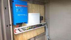 Inversor fotovoltaico y regulador de carga al fondo