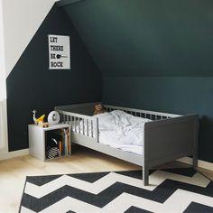 Kinderkamer voor jongen, schuin dak, donkergroen, zwart-wit. Boy Room, Kids Room, Toddler Room Decor, Bedroom Images, Kid Spaces, Little Houses, Girls Bedroom, Toddler Bed, New Homes
