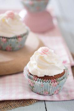 Cupcakes de frutos rojos y frosting de nata vegetal. Sin azúcar