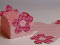 Forminhas para docinhos em papel para Scrapbook dupla face 180gr, detalhes com florzinha. Dobras perfuradas para facilitar e fixar a armação. Detalhes e cores podem ser alterados. Medida aberta 8cm x 8cm Medida do centro 3,2cm x 3,2cm Valor referente a unidade R$ 0,90