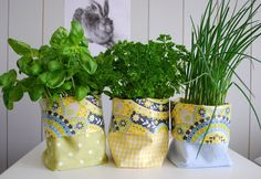 How to sew a herb-bag ~ Anleitung für Pflanzenbeutel from Doris @ mamaskram Plant Bags, Sewing Projects, Diy Projects, Sewing Ideas, Burlap Canvas, Pouch Tutorial, Sewing Box, Growing Herbs, Container Gardening