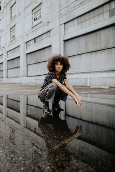 The No Control Photography Challenge — Mango Street Urban Fashion Photography, Portrait Photography Poses, Photography Poses Women, Portrait Poses, Photo Poses, Editorial Photography, Street Photography, Rooftop Photoshoot, Urbane Fotografie