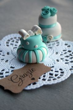 Pink Frilly: Menta , pizzi e kraft Mini Wedding Cakes, Mini Cakes, Wedding Gifts, Biscuit, Polymer Clay Cat, Clay Cats, E Piano, Wedding Welcome, Cupcake Toppers
