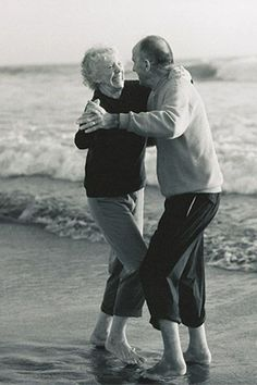 35 Photos of Cute Old Couples That Will Give You the Ultimate Relationship Goals! Cute Old Couples, Older Couples, Cute Couples Goals, Couples In Love, Romantic Couples, Arguing Couples, Couples Vintage, Romantic Dance, Sweet Couples