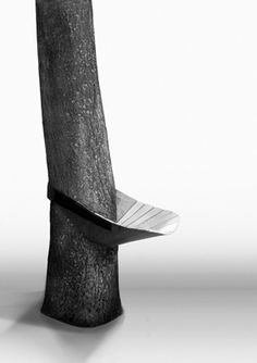 Parasitz is a mobile and flexible seat, developed to offer personal seating outside the home. All you need is a tree to fasten it around: the seat will become stabile and the tree-pole turns into a back lean.