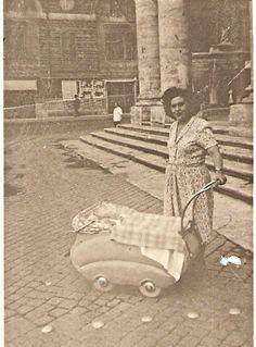 Piazza del Popolo at the Basilica of Santa Maria in Montesanto 1948 Antique Photos, Vintage Photographs, Old Photos, Vintage Photos, Foto Vintage, Black White Photos, Black And White, Vintage Italy, Catania