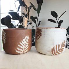 Positive and negative fern image on planters! Painted Plant Pots, Ceramic Plant Pots, Painted Flower Pots, Painted Pebbles, Pottery Painting Designs, Pottery Designs, Flower Pot Design, Flower Pot Art, Fleurs Diy
