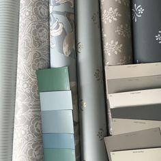 Mökkiremontin suunnittelua  Miten sitä jaksaa odottaa ensi kevättä! Onneksi toin keittiön kaapit mukanani kotiin joten pääsen jo aloittamaan maalausta täällä.  #remontti #remonttisuunnitelmia #mökki #summerhouse #renovation #cabin #tapetti #paint #maali #tapetointi