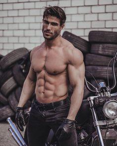 "𝐌𝐀𝐑𝐈𝐎 𝐇𝐄𝐑𝐕𝐀𝐒* on Instagram: ""ᴅᴇꜱÉᴀᴍᴇ Éxɪᴛᴏ, ꜱᴜᴇʀᴛᴇ ɴᴏ ɴᴇᴄᴇꜱɪᴛᴏ... ᴘᴏʀQᴜᴇ ɴᴏ ᴘɪᴇɴꜱᴏ ᴇɴ ᴅᴇᴊᴀʀ Qᴜᴇ ᴇʟ ᴀᴢᴀʀ ᴍᴇ Qᴜɪᴛᴇ ᴍÉʀɪᴛᴏꜱ! #mariohervas #bestbody #harleydavidson…"" Hairy Hunks, Guy Drawing, Alpha Male, Dream Guy, Real Man, Muscle Men, Nice Body, Hot Guys, Hot Men"