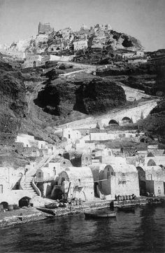 Σαντορίνη, δεκαετία 1930, Αμμούδι Οίας. Santorini Island, Santorini Greece, Athens Greece, Mykonos, Greece Pictures, Old Pictures, Old Photos, Vintage Photos, Greece Photography
