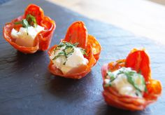 Chorizo cups with feta, mint & slow roast tomato (Novel idea to make a meat cup for a canape) Christmas Canapes, Christmas Buffet, 1950s Christmas, Chorizo, Xmas Food, Christmas Cooking, Nibbles For Party, Slow Roast, Appetisers