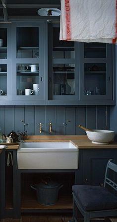 Dark Kitchen Cabinets by Plain English - Kitchen Design Ideas - Images… Plain English Kitchen, English Kitchens, New Kitchen, Kitchen Dining, Kitchen Decor, Kitchen Ideas, Cosy Kitchen, Kitchen Centerpiece, Kitchen Black