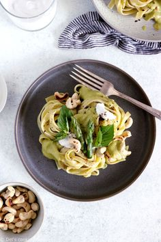 Try this Thai green curry asparagus pasta, an elegant yet easy meal that combines the best of Thai food and Italian cuisine, with a fresh spring touch. I bet you won't resist this incredibly creamy green curry sauce on top of fettuccine, with the crunchy addition of toasted cashews on top. And if you want to make it a 100% vegan, just go for rice noodles instead! #Asianinspiredrecipes #italianinspiredrecipes #pasta #easypastarecipes #originalpastasauce #asparagus #spring Sauce Au Curry, Green Curry Sauce, Asparagus Pasta, Grilled Asparagus, Curry Recipes, Veggie Recipes, Pasta Recipes, Cake Recipes, Curry Vert Thai