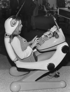 Retro Rocket Girl - Futuristic workstation of the ~Now there's a typewriter of the future! Weird Vintage, Looks Vintage, Philippe Starck, Colani Design, Bio Design, Retro Design, Science Fiction, Science Art, Retro Rocket
