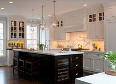 Witte keuken met zwart eiland