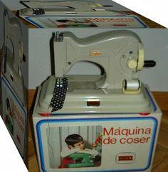 RIN TIN TIN Y JUGUETES ANTIGUOS: LOS JUGUETES DE LAS NIÑAS Childhood Toys, Childhood Memories, Popular Toys, Vintage Soul, Little Twin Stars, Tin Toys, Sewing Toys, Vintage Posters, Action Figures