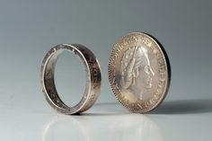 De gulden ring van Koen de Wilde gemaakt van echte zilveren Juliana guldens. (Heel gaaf.)