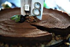 Torkkuja & Nokkosia: Chocolate sponge cake, syntymäpäiväkestit ja FSF-alekoodi. RAW CAKE.
